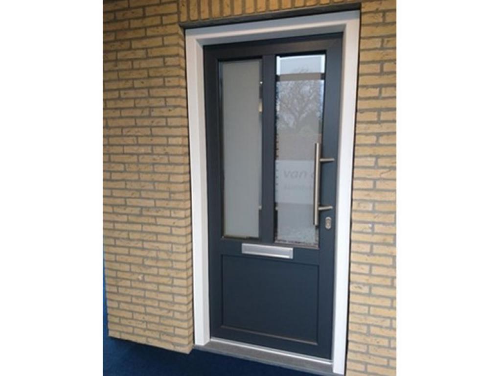 Kunststof voordeur donkerblauw/zwart met twee ramen en brievenbus.