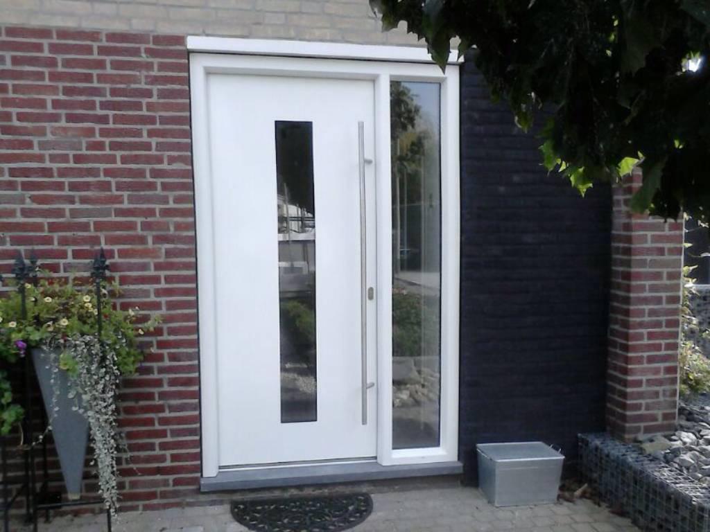 Witte voordeur van kunststof met verticaal raam.
