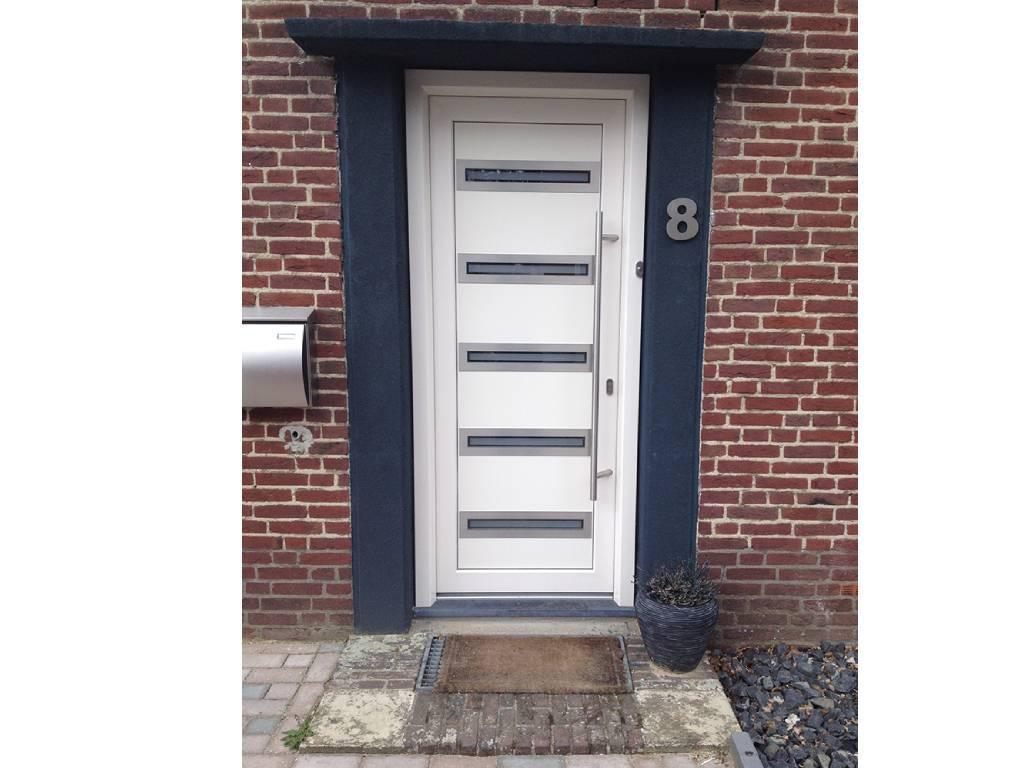 Witte Kunststof voordeur met vijf smalle raampjes.